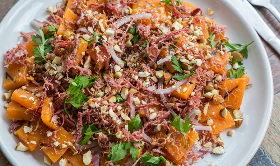 Salada morna de carne seca com abóbora e amêndoas