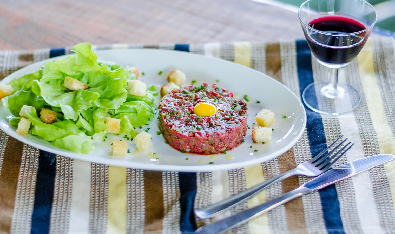 Steak tartare com salada verde e croutons