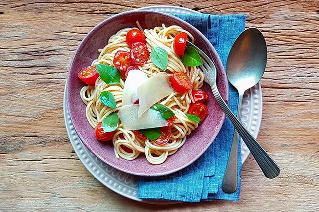 Espaguete com Tomate-Cereja e Manjericão