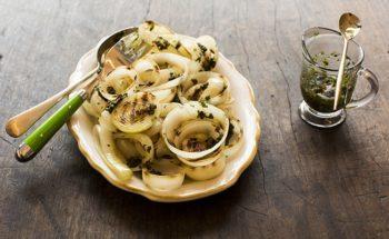 Salada de Cebola Grelhada com Molho Chimichurri